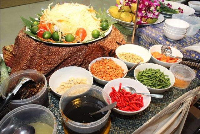 typical-Thai-food-at-Bangkok-night-market
